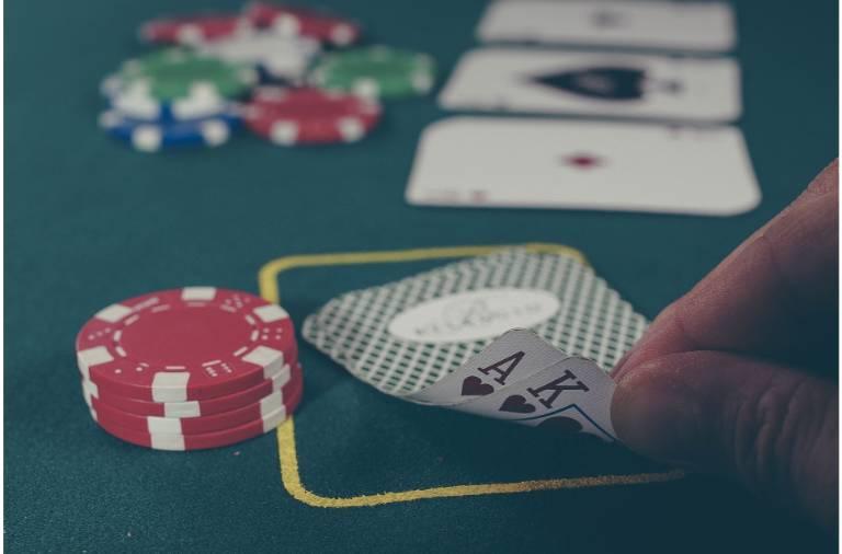 pokerspil all in med kort og jetoner
