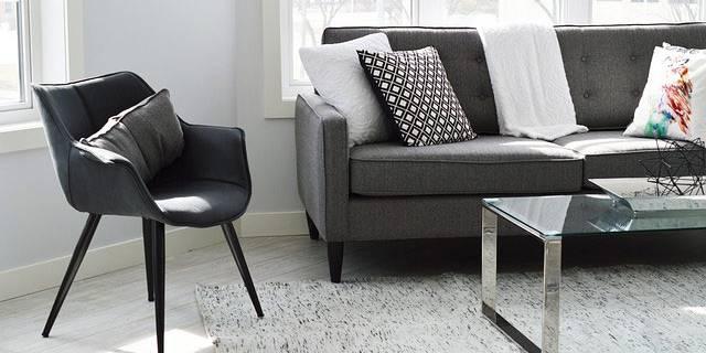 Flot indrettet stue med stol, sofa og bord