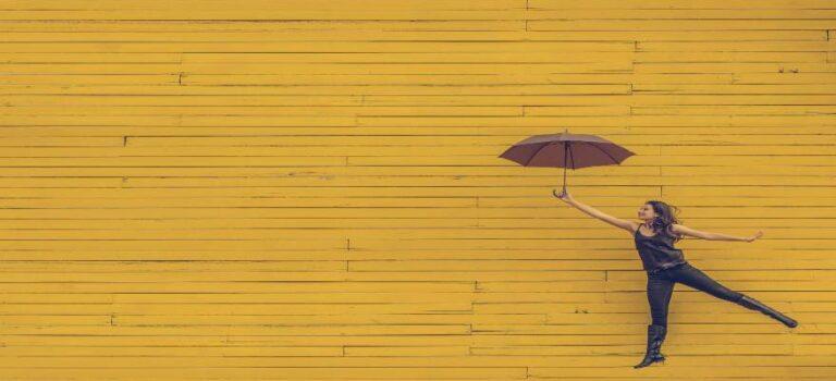 kvinde svævende med paraply